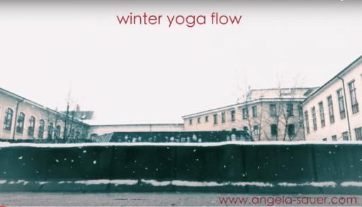 Trailer für das Winter Yoga Flow Video von Angela Sauer, Flachdach K & J Gebäude Pforzheim bei Schneefall