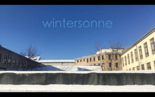 Trailer für das Wintersonne Yoga Video von Angela Sauer, Flachdach K & J Gebäude Pforzheim Sonne und Schnee
