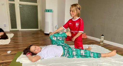 Zwei Kinder, ein Junge und ein Mädchen beim Kinderyoga im Pilates & Yoga Studio 1 in Pforzheim