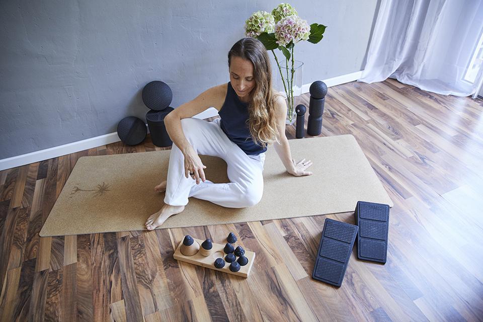 Angela Sauer mit Liebscher & Bracht Hilfsmitteln im Pilates & Yoga Studio 1 in Pforzheim