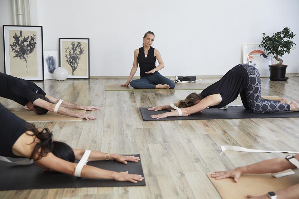 Angela Sauer beim Yoga meets Liebscher&Bracht Kurs im Studio 1 in Pforzheim
