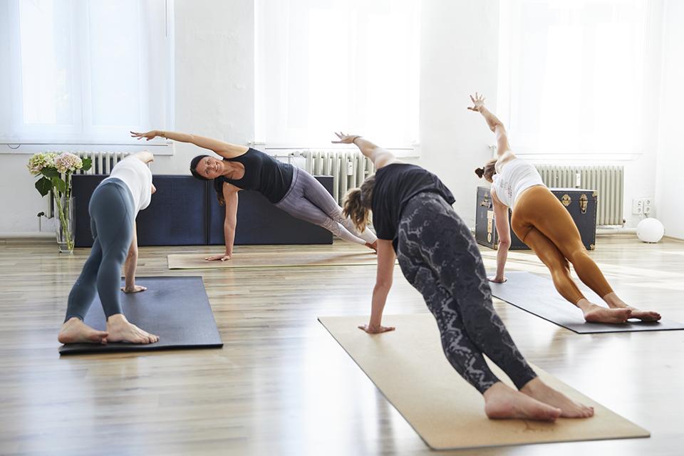 Faszien Pilates mit Simona und 3 Teilnehmerinnen im Side Bend im Studio 1 in Pforzheim