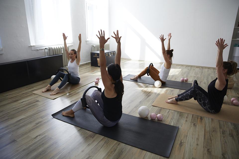 Angela Sauer beim Pilates Gruppenkurs mit Hilfsmitteln mit 3 Teilnehmerinnen