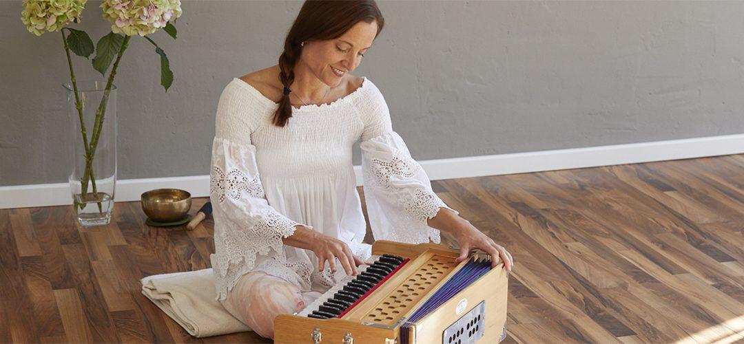 Kristina Reich-Simmons mit Harmonium beim Mantra singen